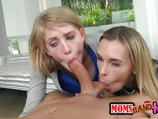 Русский секс втроем с мамой