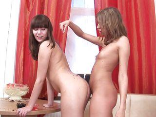 лесбиянки лижут жопы друг другу